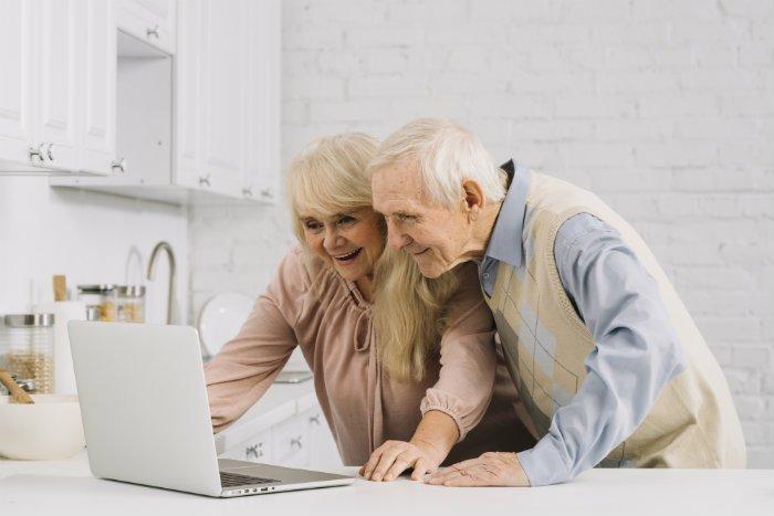 Pareja elaborando un plan de jubilación